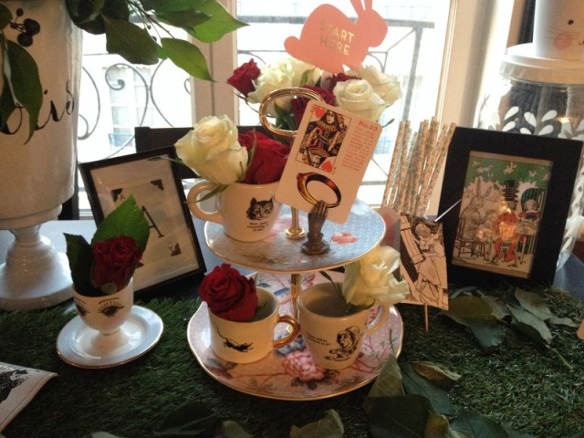 Deco sweet table Alice wonderland_serviteur cupcakes wedgewood_porcelaine fleurie pastel_tasses cheshire cate _mad hatter_red and white roses