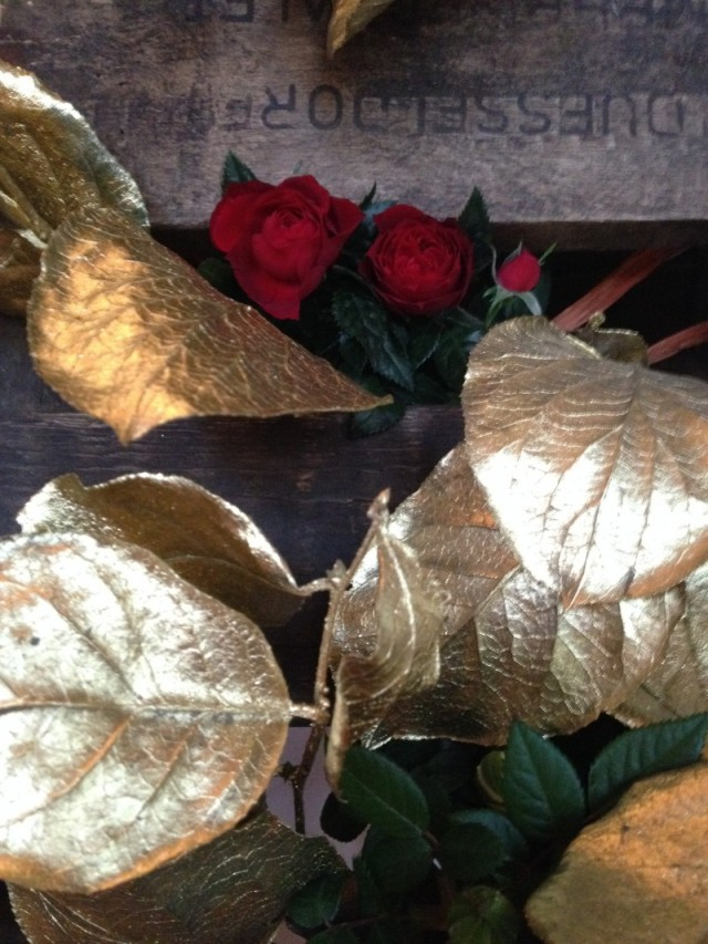 DIY old pallet_vegetal wall_roses and golden leaves