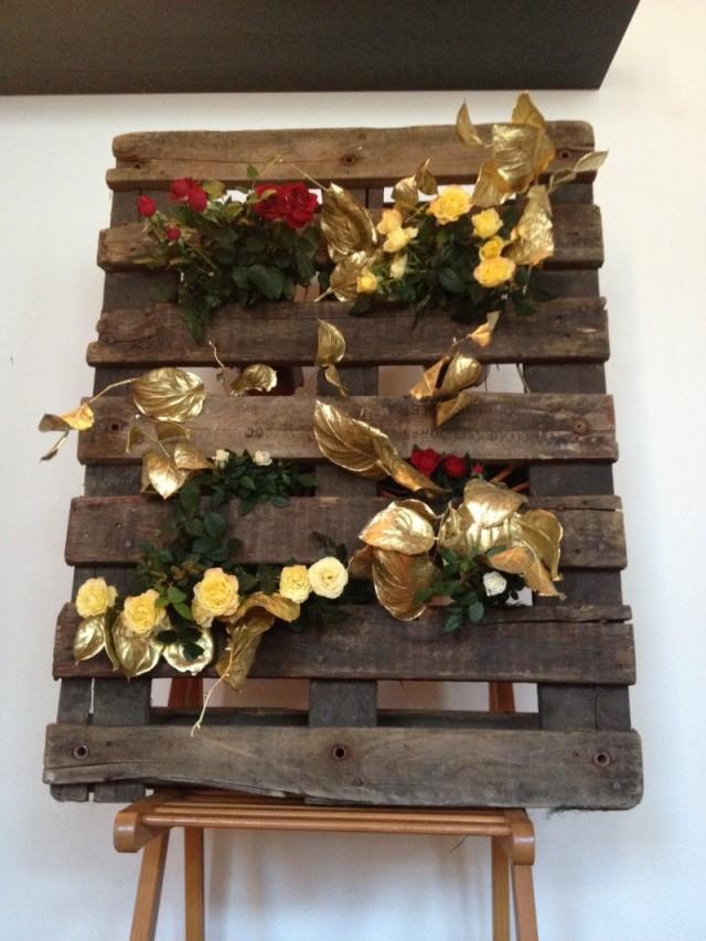 palette jardinière plantes_roses rouges blanches_feuilles or_DIY deco florale