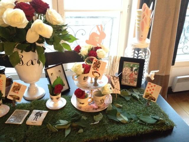 sweet table alice_deco cartes à jouer_coeurs_bouquet roses rouges et blanches_vase astier de villatte