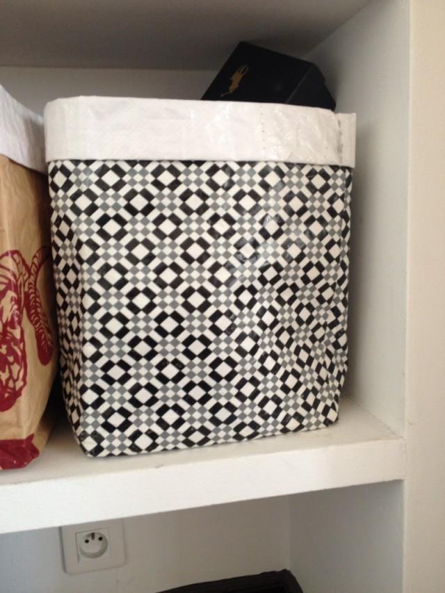 rangement sac papier toile cirée losanges géométriques noir blanc gris style scandinave
