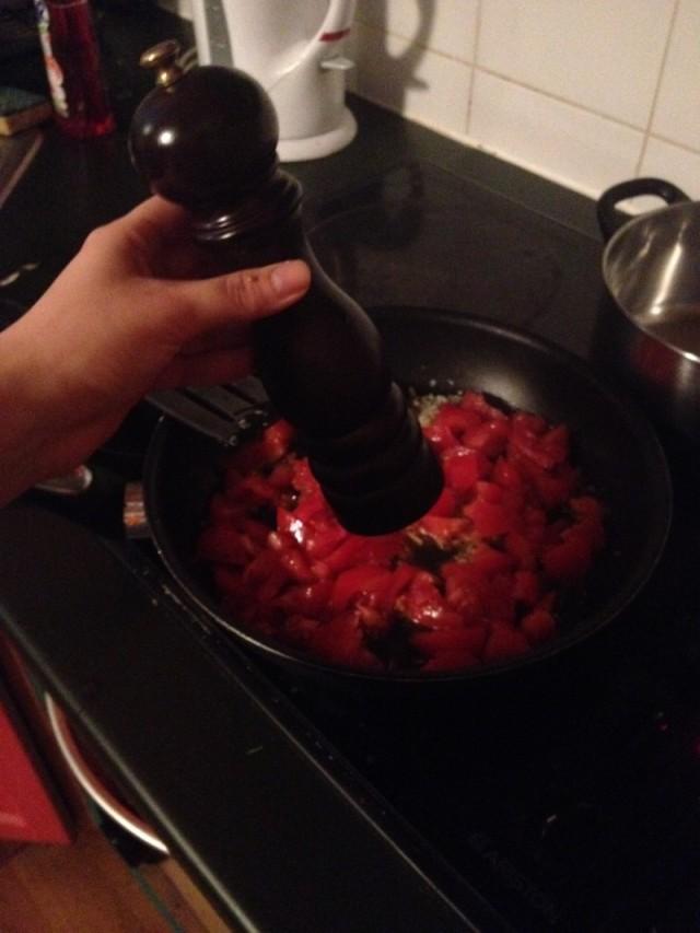 recette sauce tomate maison etape 5_assaisonnez avec herbes poivre et huile d'olive