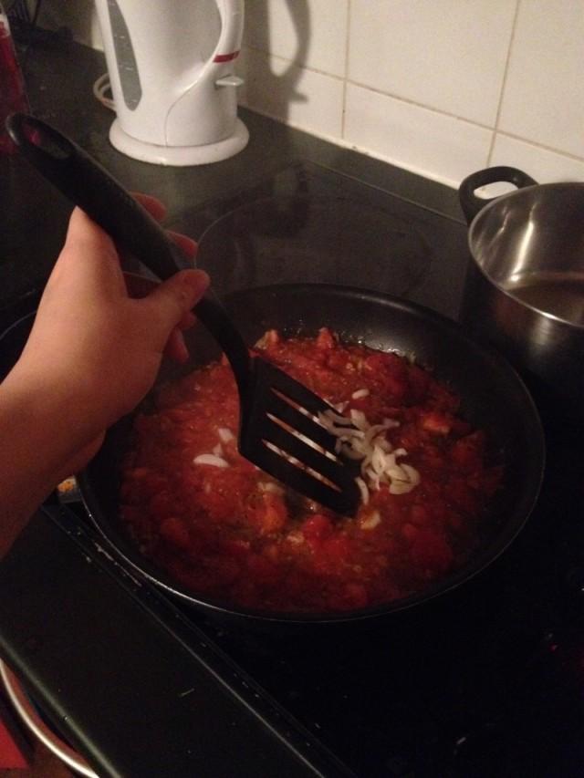 recette sauce tomate maison etape 8 ajouter les oignons dans la pureee de tomate