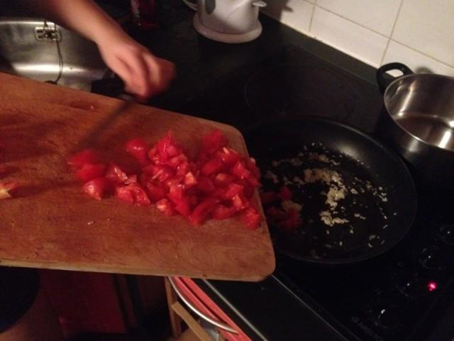 recette sauce tomate maison_etape 4 mettre les tomates dans la poele quand l'ail a bien ramolli