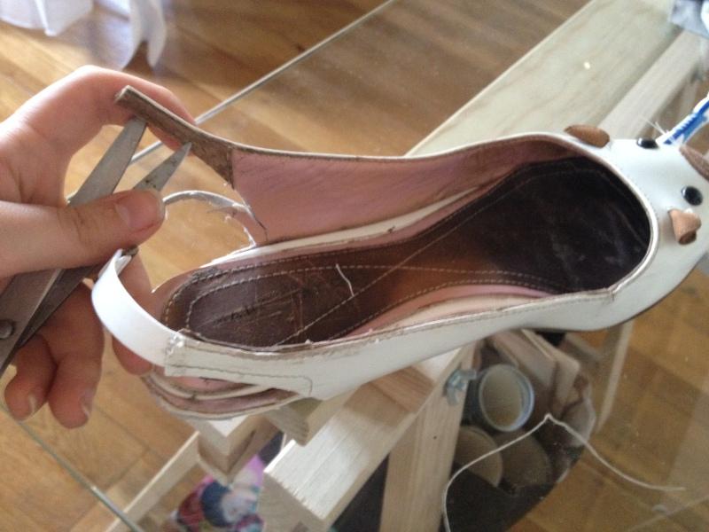 10_Une fois l'ajustement fait trouer l'autre partie de la bride pour former l'accroche du fermoir__DIY ballerines abimées aux talons_transformer les chaussures sandales