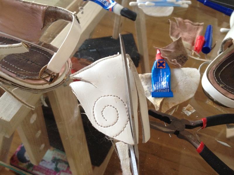 11_avec la partie découpée du talon tailler un ruban pour former la boucle de blocage de la bride__DIY ballerines abimées aux talons_transformer les chaussures sandales
