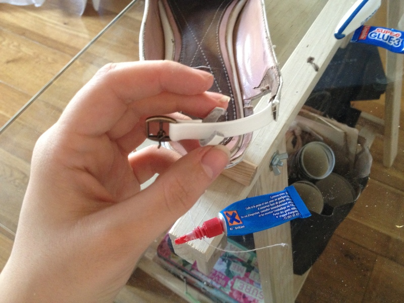 12_fixer la boucle avec le colle autour de la bride du côté du fermoir__DIY ballerines abimées aux talons_transformer les chaussures sandales