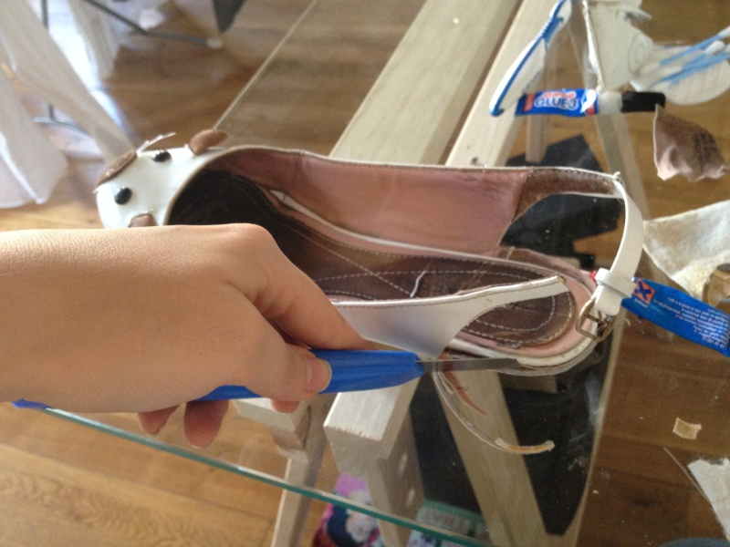 13_découper proprement les parties restée en trop entre la semelle intérieure et extérieure__DIY ballerines abimées aux talons_transformer les chaussures sandales