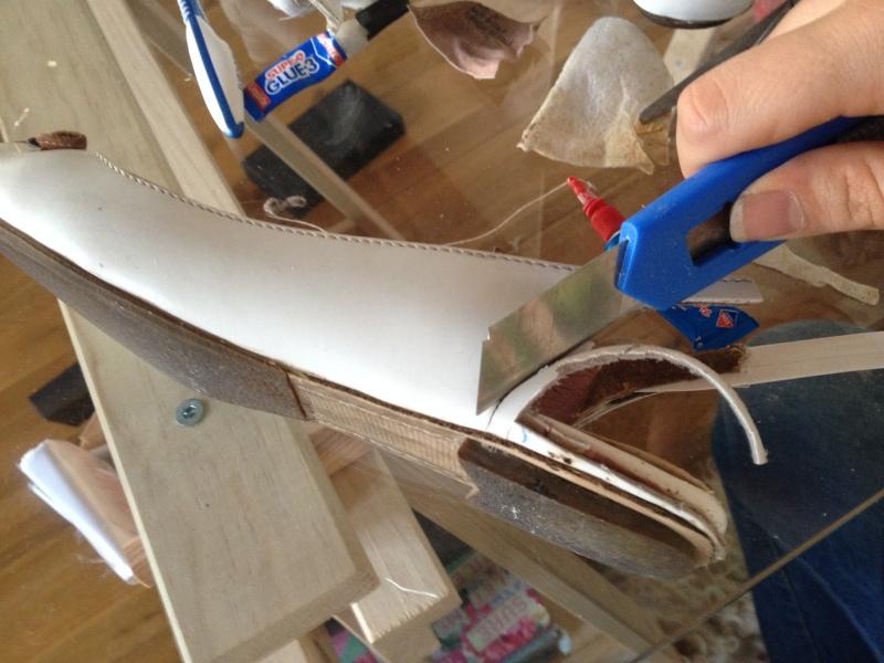 14_redecouper proprement les découpes sur le côté au cutter__DIY ballerines abimées aux talons_transformer les chaussures sandales