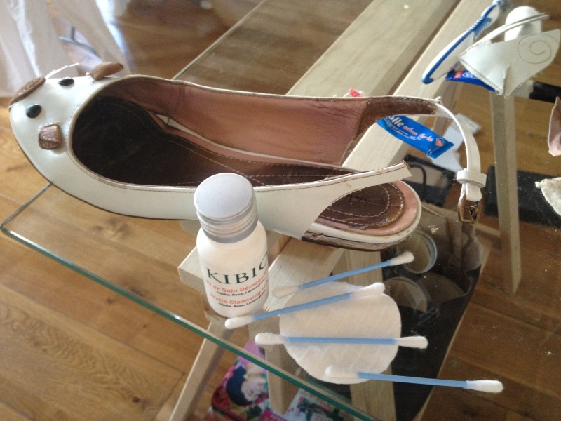 16_une fois la découpe finie_nettoyer les coins et les plis avec du démaquillant__DIY ballerines abimées aux talons_transformer les chaussures sandales