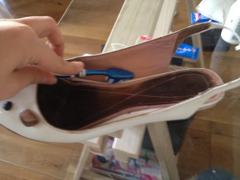 17_Bien faire les plis avec une brosse a dent__DIY ballerines abimées aux talons_transformer les chaussures sandales