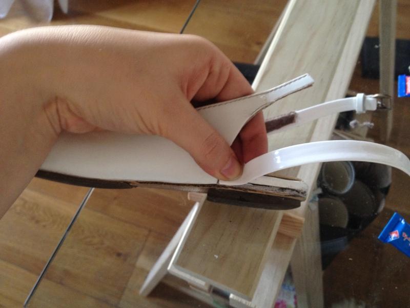 19_utiliser le reste du ruban de cuir pour couvrir la partie déchirée du talon__DIY ballerines abimées aux talons_transformer les chaussures sandales