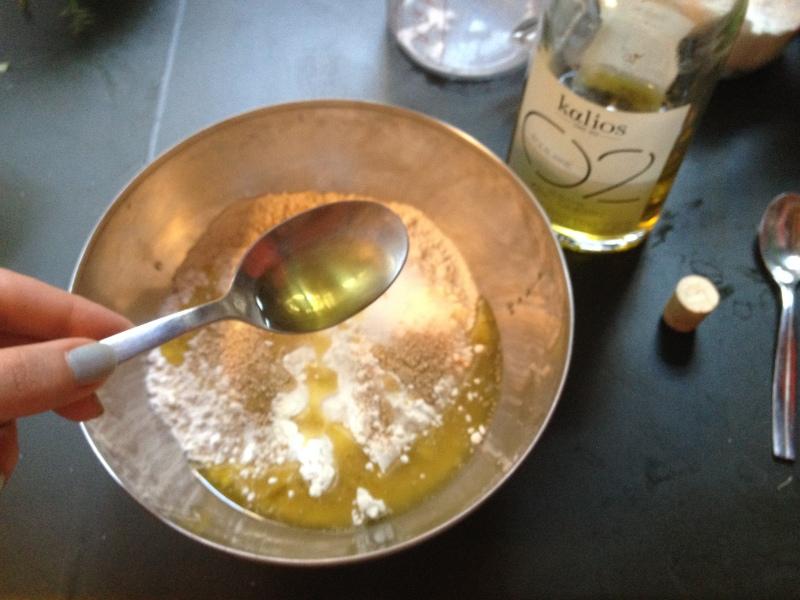 1_faire la pate_mélanger farine_huile d'olive sel et levure boulangère_recette pizza_tarte tomate moutarde pate fine fines herbes_fait maison_recette simple_pas à pas