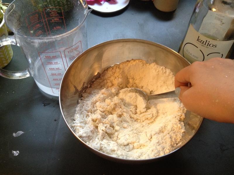 2_mélanger le tout pour faire une pate ferme_recette pizza_tarte tomate moutarde pate fine fines herbes_fait maison_recette simple_pas à pas