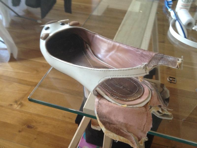 3_Retourner la partie du talon et découper les côtés jusqu'à la semelle_DIY ballerines abimées aux talons_transformer les chaussures sandales