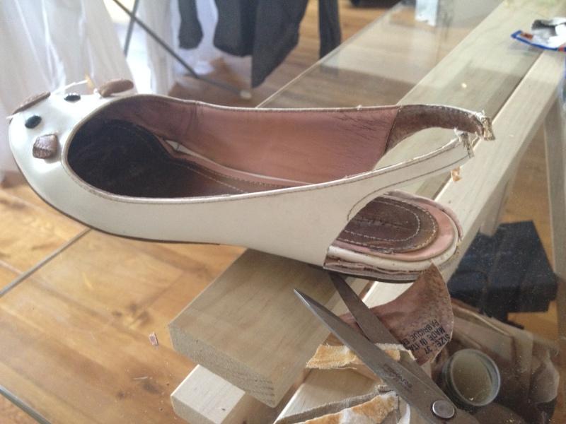 4_découper la partie du talon en laissant les liserets necessaires pour faire la bride de la sandale_DIY ballerines abimées aux talons_transformer les chaussures sandales