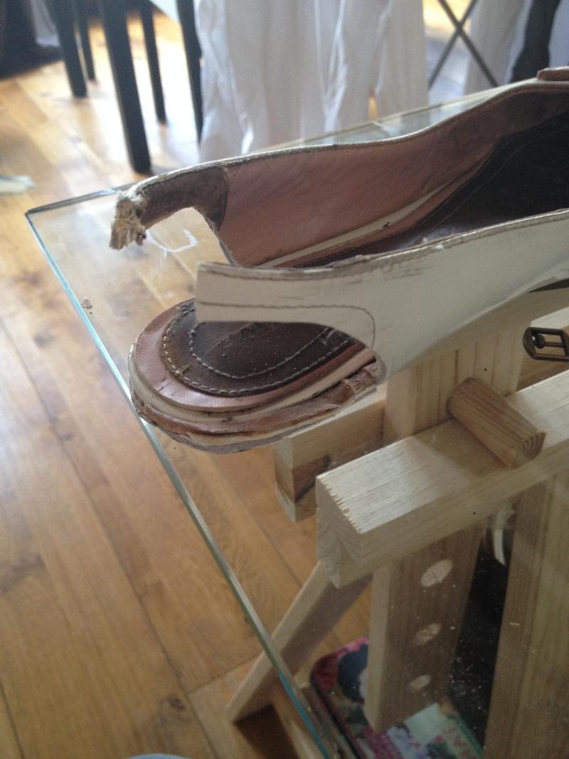 5_découper grossièrement pour donner la forme_DIY ballerines abimées aux talons_transformer les chaussures sandales