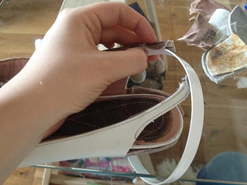 6_soulever la doublure sur les côtés pour faire passer la tige en cuir qui va constituer la suite de la bride_DIY ballerines abimées aux talons_transformer les chaussures sandales