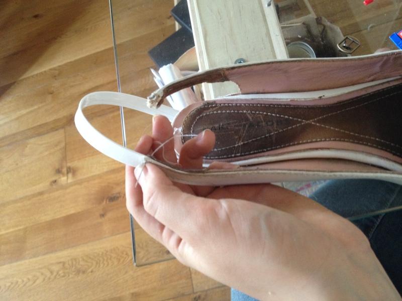 8_une fois la partie collée coudre avec le cuir de la chaussure__DIY ballerines abimées aux talons_transformer les chaussures sandales