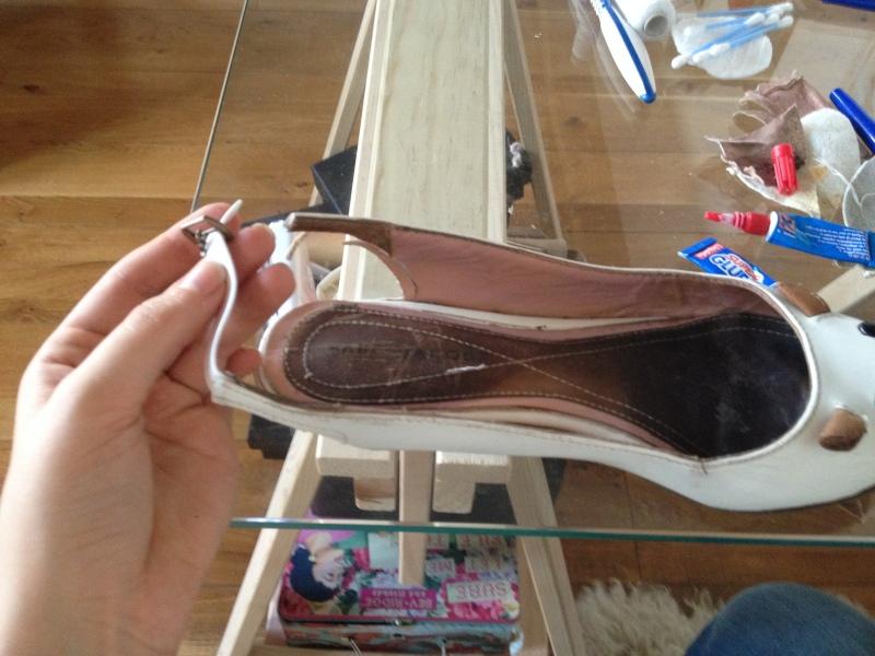 9_faire passer le fermoir sur le cordon de cuir et ajuster la longueur nécessaire avec l'autre partie de la bride__DIY ballerines abimées aux talons_transformer les chaussures sandales