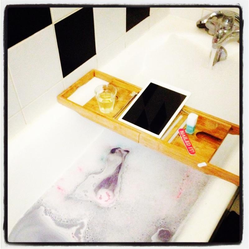 bain relaxant_ballistic lush twilight_pont de bain_pause détente_manucure_prendre un verre dans son bain_musique dans son bain