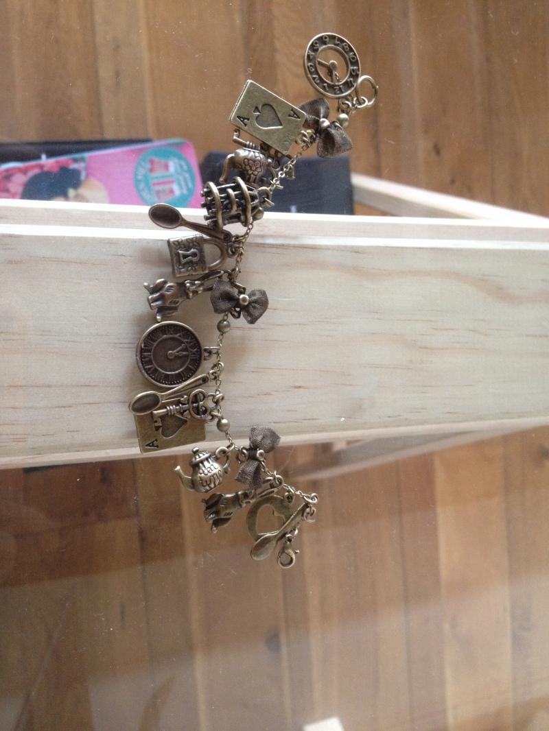 DIY Bijoux_bracelet charms_Alice au pays des merveilles_noeud théière_tasse_horloge_montre_lapin_clé_cadenas