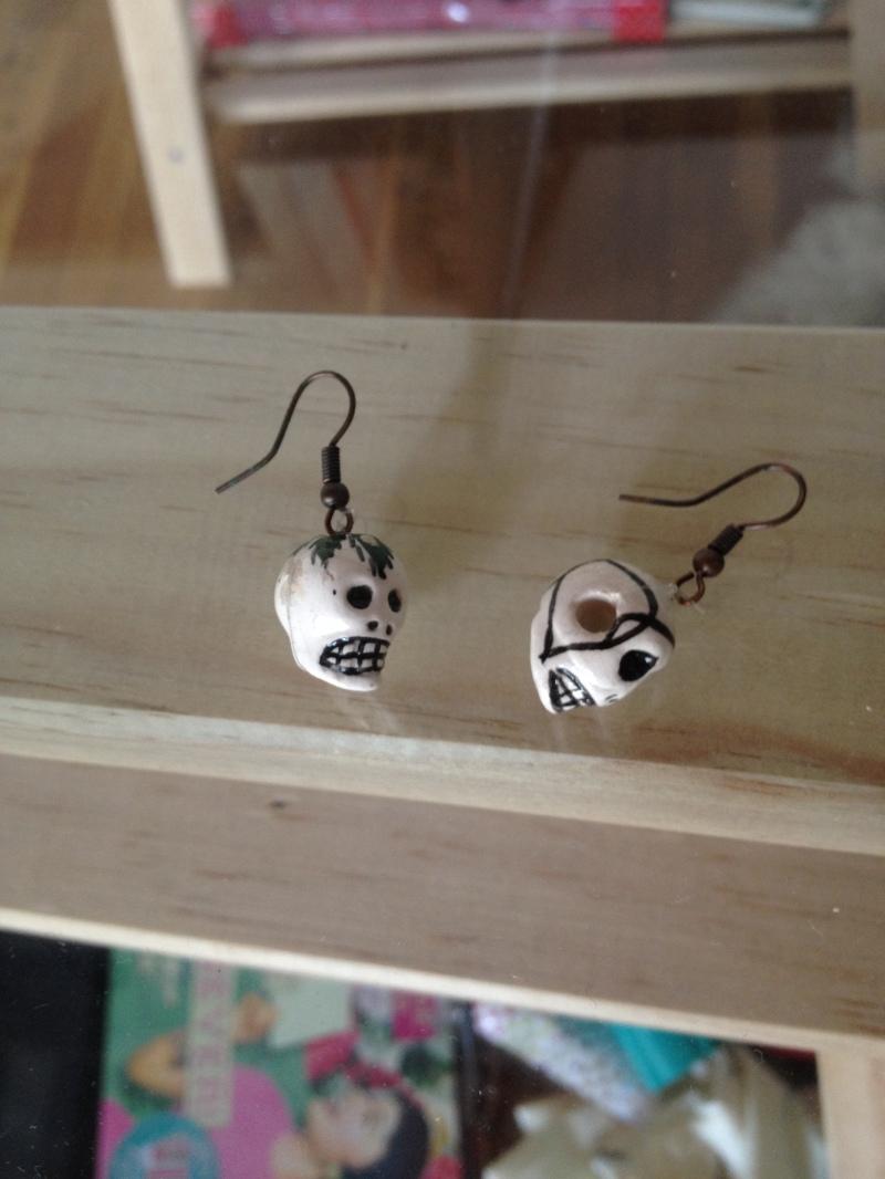 DIY bijoux_faire des boucles d'oreilles avec des charms mexicains_artisanat mexicain_tête de mort ceramique