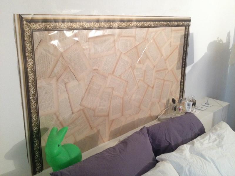 DIY tête de lit avec un livre ancien_coller les pages avec colle en spray_faire le tour avec masking tape effet cadre doré_recouvrir avec un film transparent