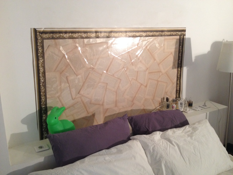 DIY tête de lit simple et économique_utiliser un livre ancien pour faire une tête de lit vintage