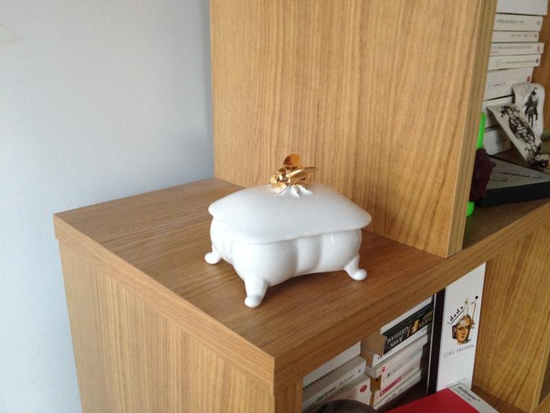 porte savon zara home_ceramique blanc et or_white and gold ceramic_porte savon forme baignoire baroque_motif abeille dorée
