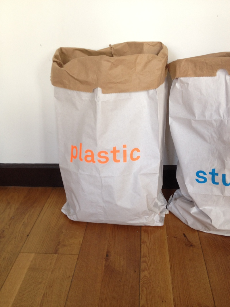 sac papier Kolor Paper bag_inscription fluo neon orange plastic_sac rigide pour poubelle bouteilles plastiques_grande taille rangement pratique