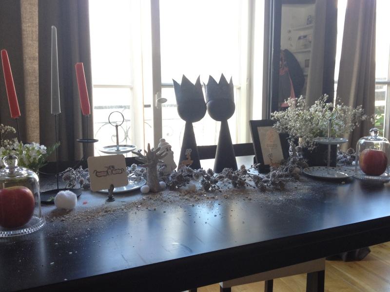 sweet table anniversaire_blanche neige snow white_theme blanc et noir avec touches de rouge et d'argen_DIY déco récup_déco florale_neige_paillette_guirlande végétale branchages et pins enneigés_boules de cotons_déco givrée_féérie glacée