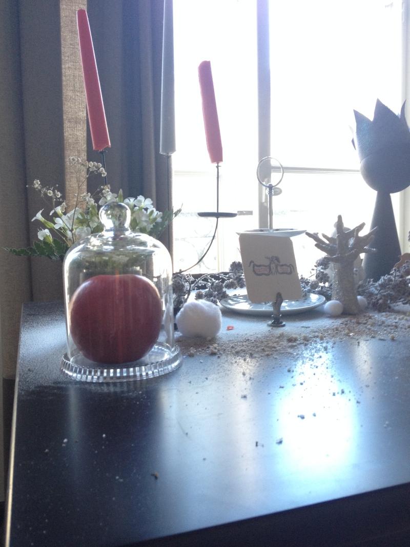 sweet table anniversaire_blanche neige snow white_theme blanc et noir avec touches de rouge et d'argent_chandelier noir en fer bougie rouge et grise_serviteur céramique HEMA blanc et étoiles argentées_déco DIY Récup glitter conte de fée