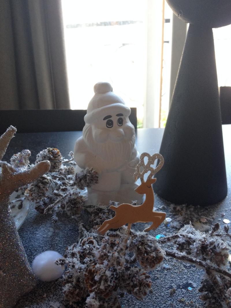 sweet table anniversaire_blanche neige snow white_theme blanc et noir avec touches de rouge et d'argent_toppers Meri Meri argent glitter_nain de jardin blanc_conte de fée_guirlande végétale pomme de pin enneigée_boules de coton_DIY_récup