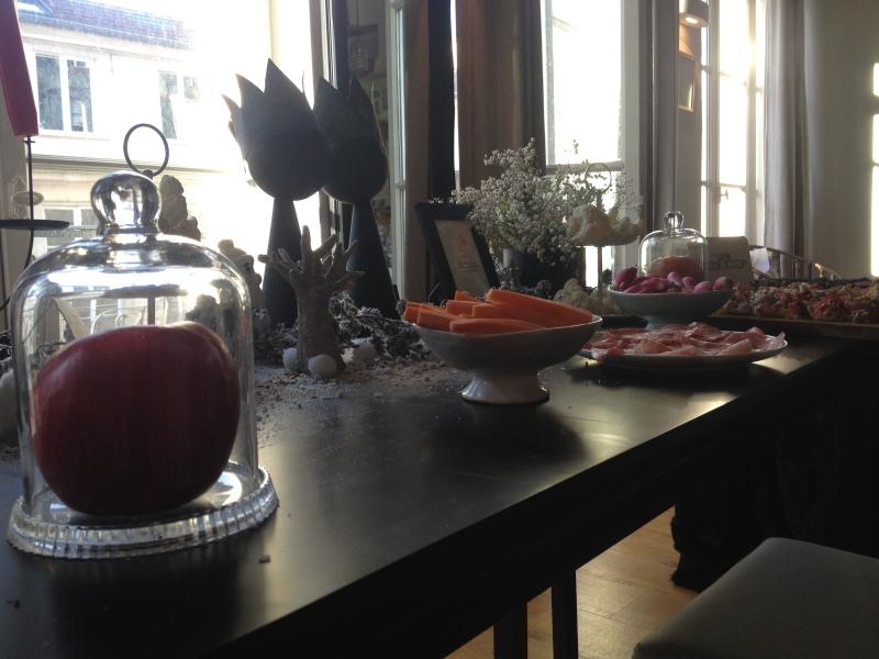sweet table anniversaire_blanche neige snow white_theme blanc et noir avec touches de rouge et d'argent_vue d'ensemble cloche zoom et déco DIY récup_buffet tartes et crudités