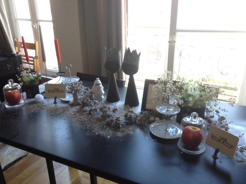 sweet table anniversaire_blanche neige snow white_theme blanc et noir avec touches de rouge et d'argent_vue d'ensemble détais déco_neige_DIY récup