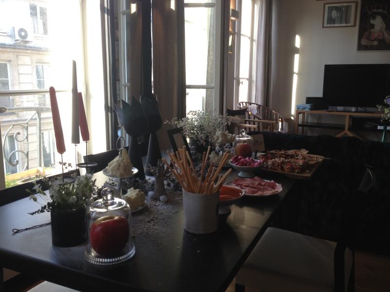 sweet table anniversaire_blanche neige snow white_theme blanc et noir avec touches de rouge et d'argent_vue d'ensemble tarte et crudités buffet