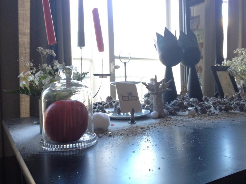 sweet table anniversaire_blanche neige snow white_theme blanc et noir avec touches de rouge et d'argent_vue ensemble cloche verre pomme rouge_sorcière conte de fée symbole déco féérique_déco vintage_chandelier_neige