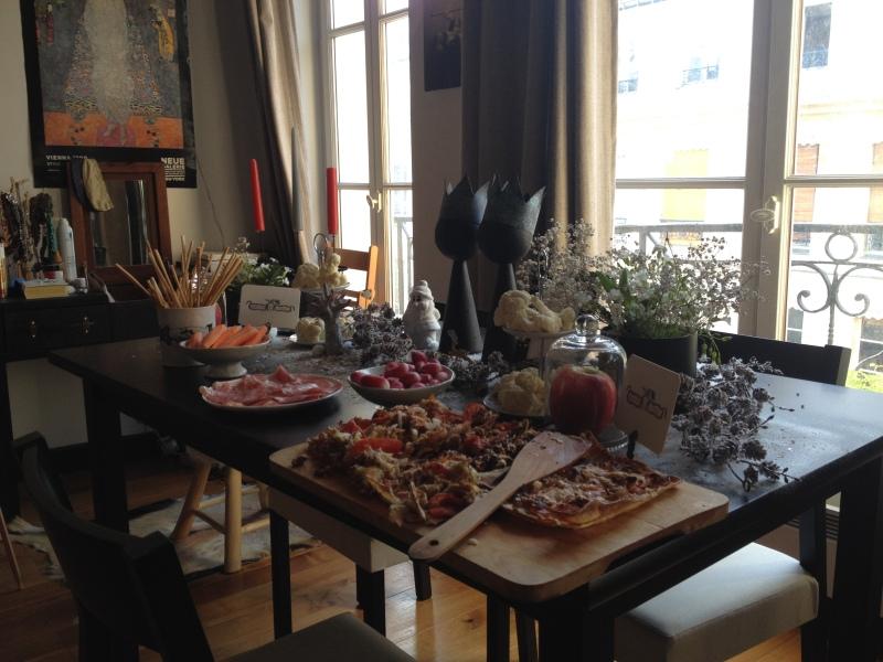 sweet table anniversaire_blanche neige snow white_theme blanc et noir avec touches de rouge et d'argent_vue ensemble DIY récup_détournement déco_cloche verre_roamntique_fleuri_conte de fée