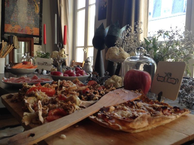 sweet table anniversaire_blanche neige snow white_theme blanc et noir avec touches de rouge et d'argent_vue ensemble DIY récup_tartes maisons_buffet italien