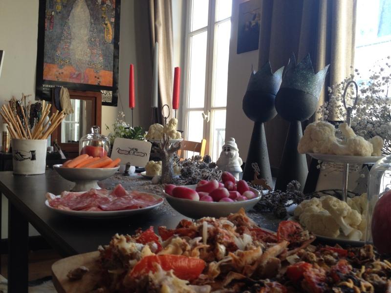 sweet table anniversaire_blanche neige snow white_theme blanc et noir avec touches de rouge et d'argent_zoom buffet tartes et quiches maison_crudités et charcuterie_choux fleur cru sur serviteur_pot kuhn keramik motif main vintage